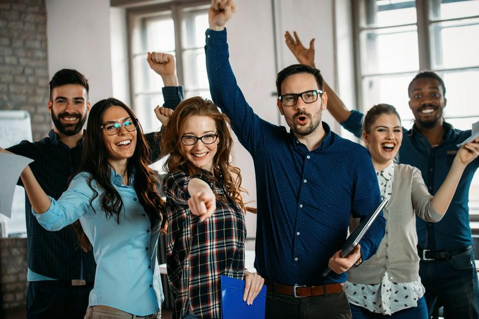 Angestellte, die sich über den Arbeitnehmerfreibetrag freuen