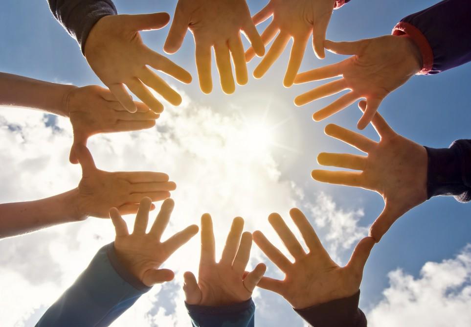 Hände im Kreis formen eine Glaubensgemeinschaft.