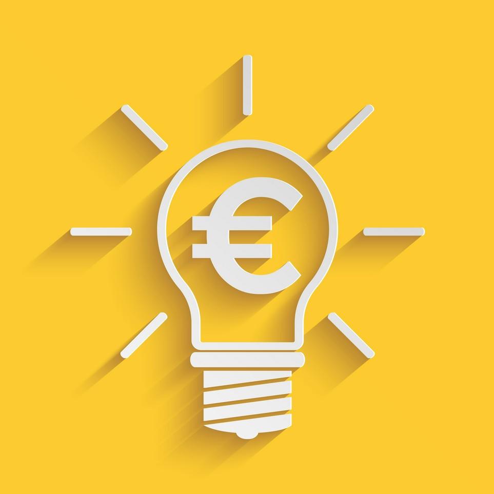 Eine leuchtende Glühbirne mit Euro-Zeichen auf gelbem Untergrund.